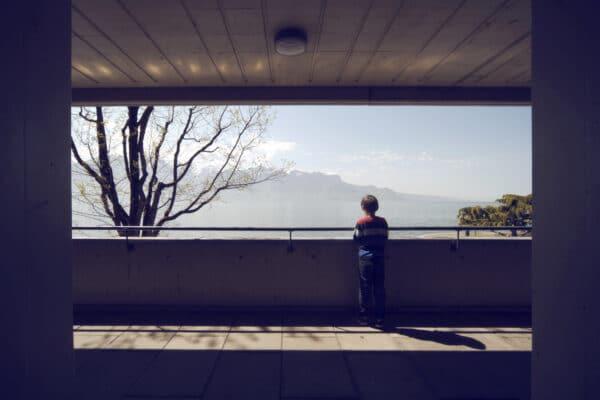 Photographie de fils de l'artiste qui observe le lac de Genve