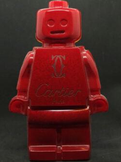 Résine sculptée en forme de robot lego avec gravure et inclusion Cartier
