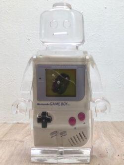 Résine sculptée en forme de robot lego avec gravure et inclusion Game boy