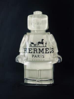 Résine sculptée en forme de robot lego avec gravure et inclusion Hermès