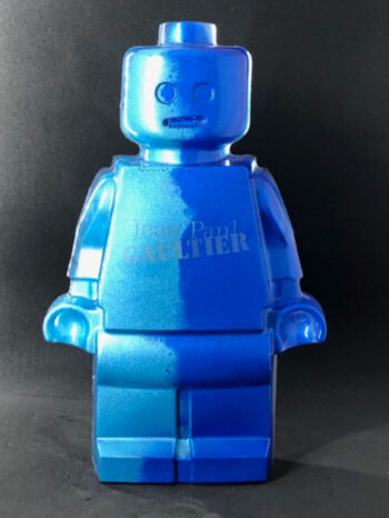 Résine sculptée en forme de robot lego avec gravure et inclusion Jean-Paul Gaultier