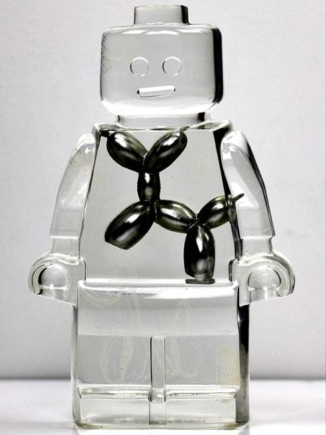 Résine sculptée en forme de robot lego avec gravure et inclusion Jeff Koons