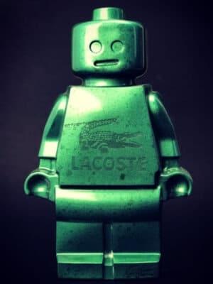 Résine sculptée en forme de robot lego avec gravure et inclusion Lacoste