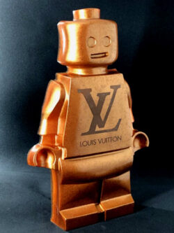 Résine sculptée en forme de robot lego avec gravure et inclusion Louis Vuitton version dorée