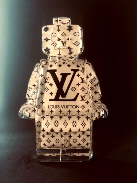 Résine sculptée en forme de robot lego avec gravure et inclusion Louis Vuitton