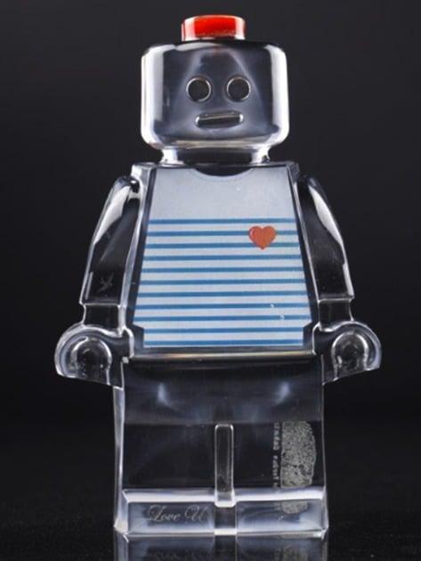 Résine sculptée en forme de robot lego avec gravure et inclusion marin breton