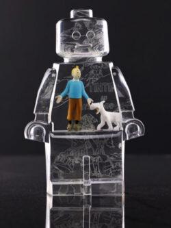 Résine sculptée en forme de robot lego avec gravure et inclusion TIntin et Milou