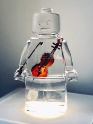 Résine sculptée en forme de robot lego avec gravure et inclusion violon