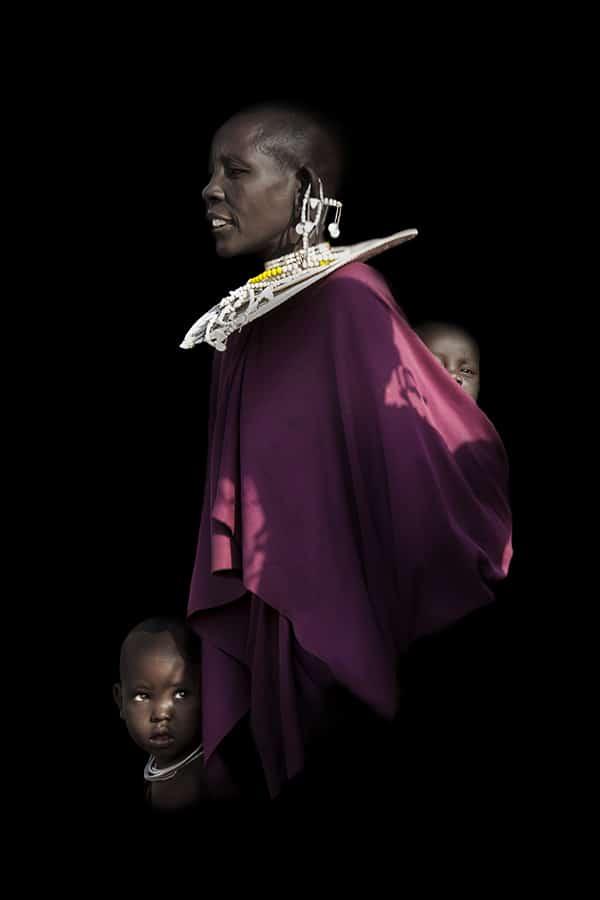 Maman Massai avec ses enfants en écharpe - Tanzanie