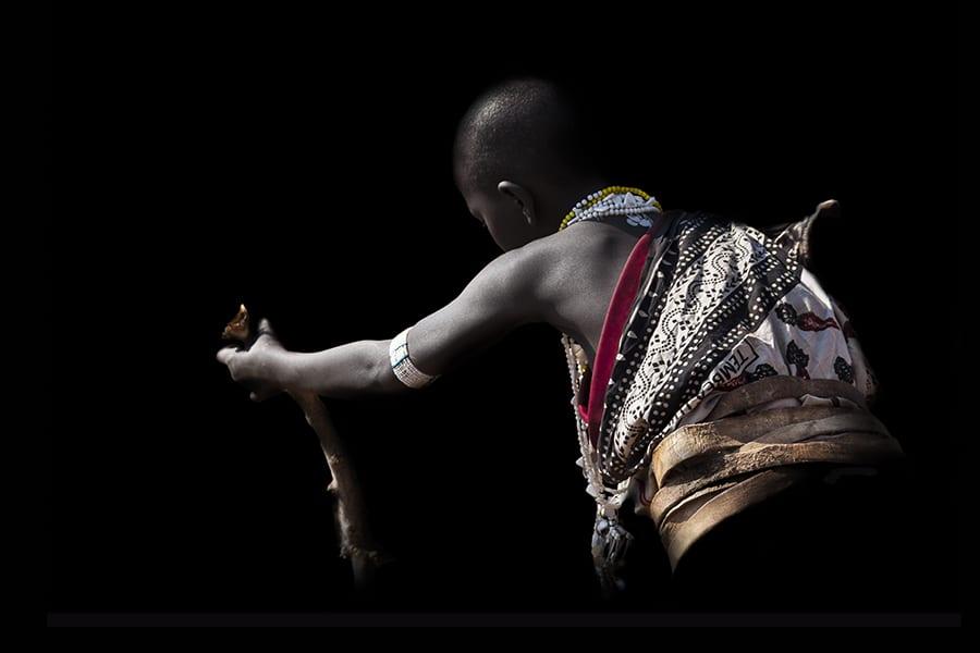 jeune-fille en activité - peuple des Massai en Afrique