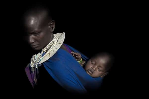 Maman Massai avec son bébé en écharpe
